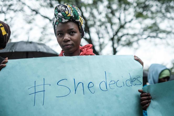 Une femme tient une pancarte «Elle décide» lors d'un rassemblement devant le sommet de Nairobi, le 13 novembre.