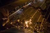 Des manifestants lancent des cocktails Molotov depuis un pont à Hongkong, afin d'empêcher des véhicules de circuler, vendredi 15 novembre.