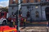 Les pompiers interviennent sur l'incendie de 'hôtel de ville d'Annecy, en Haute-Savoie, le 15 novembre.