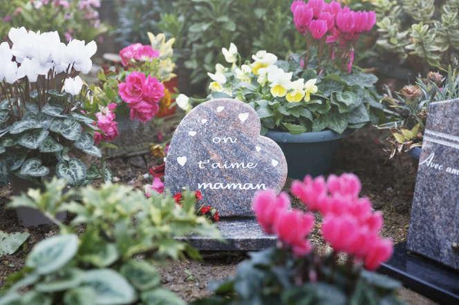 Sylvia Bouchet repose aucimetière de Saint-Maurice-sur-Dargoire,dans le village de ses parents, au nord de Saint-Etienne.
