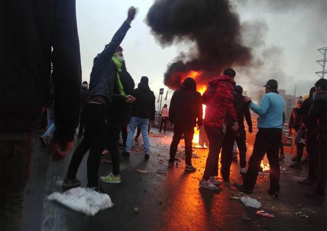 Des Iraniens protestent contre l'augmentation du prix de l'essence à Téhéran, le16novembre.