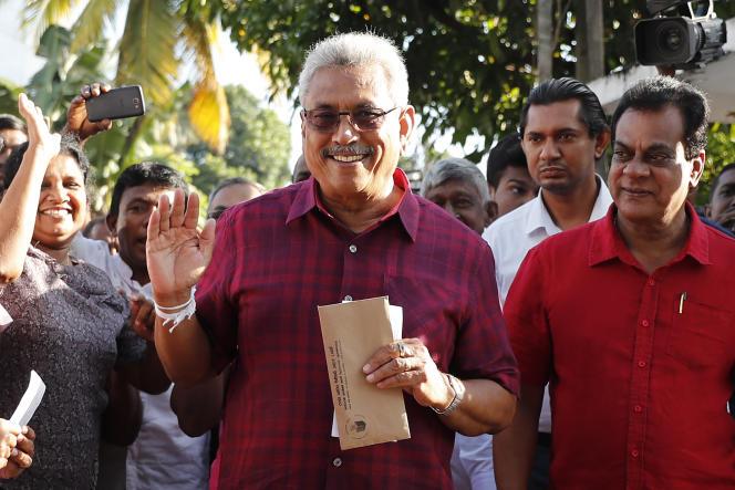 Gotabaya Rajapaksa, candidat à l'élection présidentielle du Sri Lanka,à son arrivée au bureau de vote, samedi 16 novembre,à Embuldeniya.