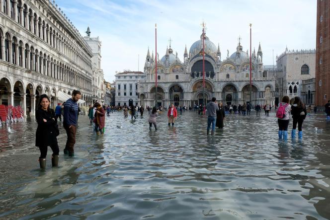Des touristes au coeur de la place Saint-Marc de Venise inondée, samedi 16 novembre.