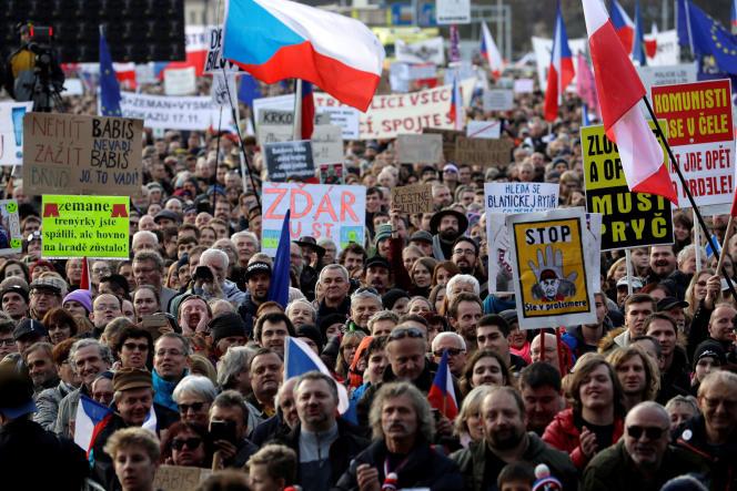 Des pancartes contre le gouvernement d'Andrej Babis, lors de la manifestation dans le centre de Prague, le 16 novembre.