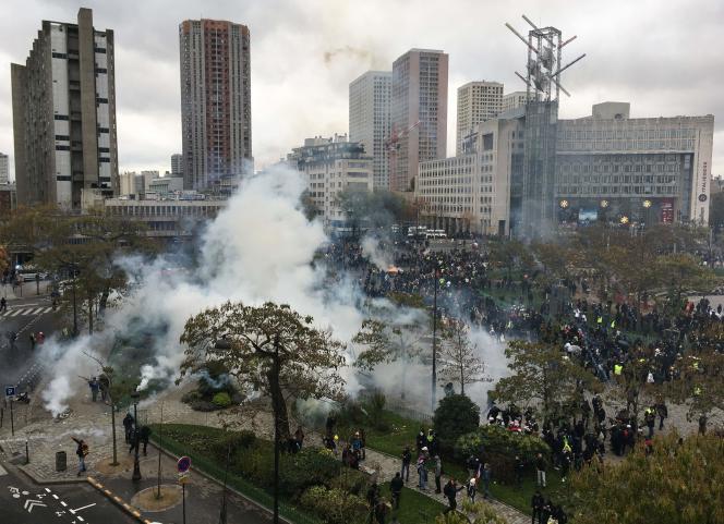 La place d'Italie (Paris) noyée par les gaz lacrymogènes, le 16 novembre 2019.