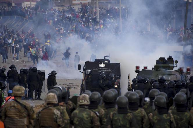 Les forces de sécurité et des partisans d'Evo Morales s'affrontent, le 15 novembre à Sacaba, dans la banlieue de Cochabamba.