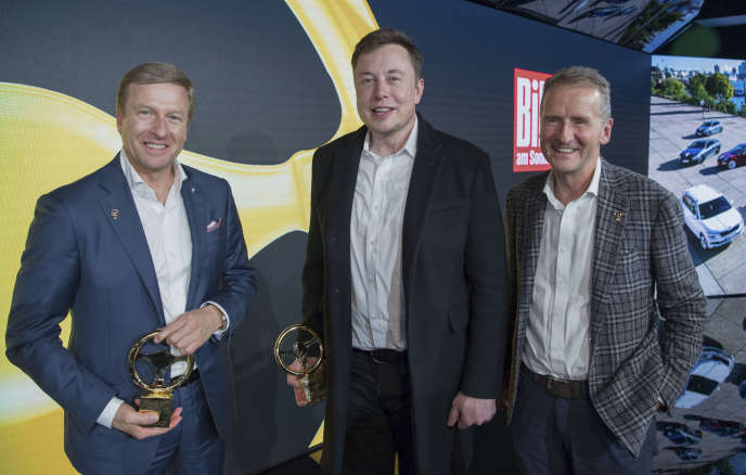 Le fondateur et patron de Tesla, Elon Musk (au centre), en compagnie de Oliver Zipse (à gauche), patron de BMW, et de Herbert Diess, PDG de Volkswagen, lors de la cérémoniede remise du «volant d'or», à Berlin, mardi 12 novembre.
