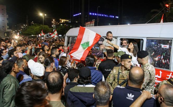 Des manifestants anti-gouvernement accueillent le« bus de la révolution», le samedi 16 novembre à Saïda, Liban.