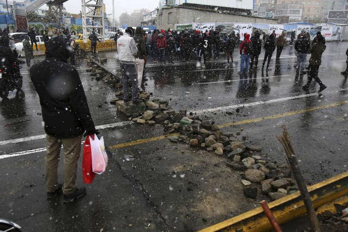 Des manifestants bloquent une route à Téhéran, samedi 16 novembre.