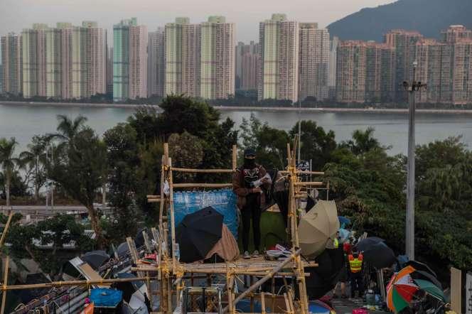 Un poste d'observation érigé par des manifestants sur le pont situé devant l'Université chinoise de Hongkong, vendredi 15 novembre.
