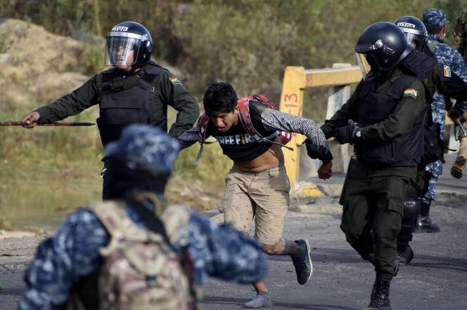 La police interpelle un partisan d'Evo Morales durant des heurts,le 15novembreà Sacaba, dans la banlieue de Cochabamba.