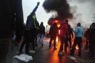 Des Iraniens protestent contre l'augmentation du prix de l'essence à Téhéran, le 16 novembre.