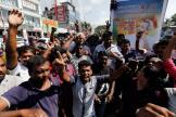 A Colombo, dimanche 17 novembre, des supporters du candidat Gotabaya Rajapaksa célèbrent sa victoire à l'élection présidentielle.