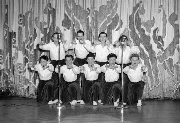 Fred Mella (accroupi au centre) et les Compagnons de la chanson lors d'un spectacle au