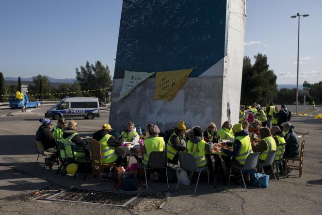 Des «gilets jaunes»déjeunent sur un rond-pointà La Ciotat (Bouches-du-Rhône, dimanche 17 novembre 2019.
