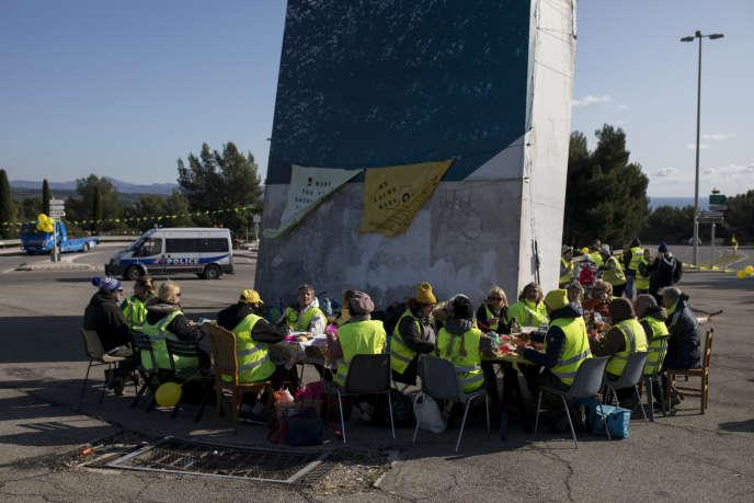 "The ""Yellow Vests"" dine on a bypass in La Fiat (Bush-du-Ron, Sunday, November 17, 2019)."