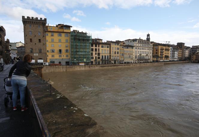 Le fleuve Arno, à Florence, le 17 novembre.