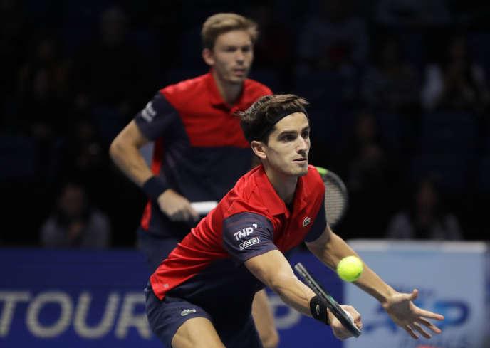 Pierre-Hugues Herbert (au premier plan) et Nicolas Mahut, dimanche 17 novembre lors de la finale du Masters.