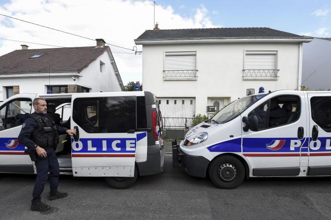 La police devant le domicile de la famille Troadec à Orvault, près de Nantes, enavril2019. Les quatre membres de la famille ont été tués, chez eux, le 16février2017.