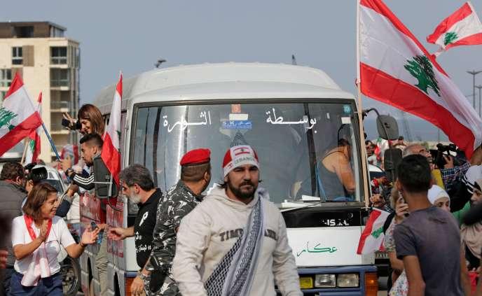 Le«bus de la révolution» dans les rues de Beyrouth, le 16 novembre.