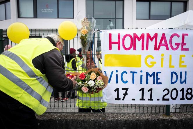 Rassemblement en hommage à Chantal Mazet, un an après la mort de cette femme de 63 ans sur un rond-point du Pont-de-Beauvoisin (Isère), le 17 novembre 2019.