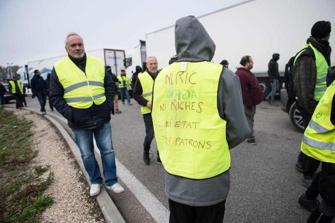Des « gilets jaunes» sur l'A7 à Sorgues (Vaucluse), le 16 novembre.