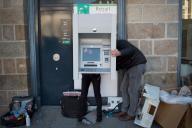 Des techniciens réparent un distributeur de billets, le 14 novembre à Rennes.