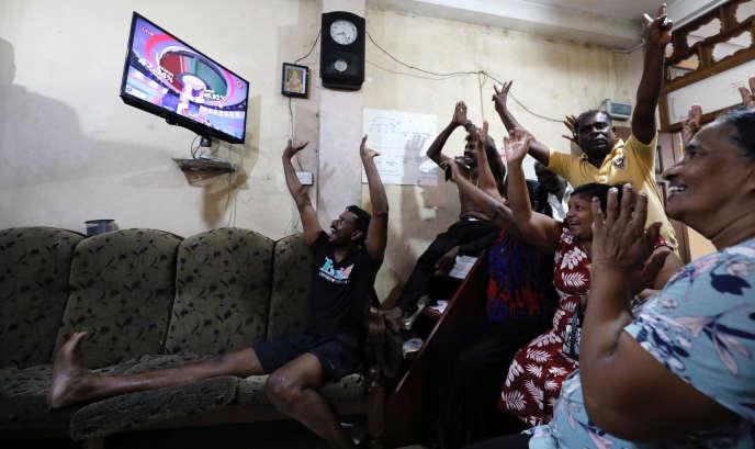 Des supporters du candidat Gotabaya Rajapaksa suivent l'annonce des résultats à la télévision, le 17 novembre à Colombo, Sri Lanka.