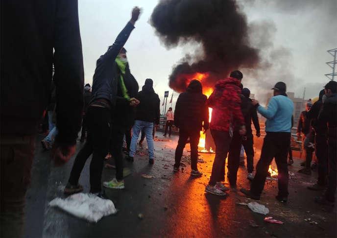 Des manifestants se rassemblentcontre l'augmentation du prix de l'essence, le 16 novembre à Téhéran.