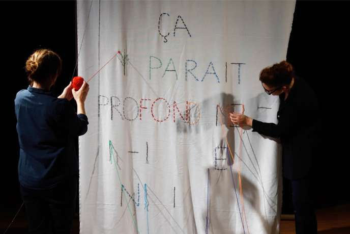 De gauche à droite : l'écrivaine Gaëlle Obiégly et la chorégraphe Ivana Müller dans «Entre-deux», leur duo à la Ménagerie de verre à Paris.
