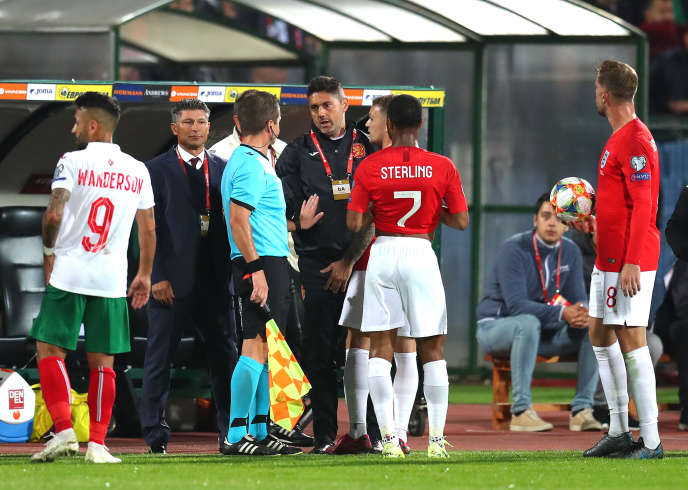 Match entre la Bulgarie et l'Angleterre, le 14 octobre, à Sofia (Bulgarie), pendant un arrêt de jeu à la suite des cris racistes de la part de supporteurs bulgares.