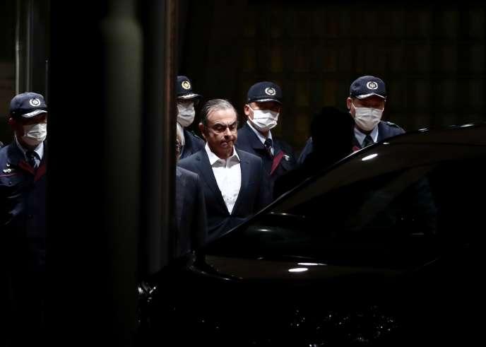 Carlos Ghosn quitte le centre de détention de Tokyo, le 25 avril.