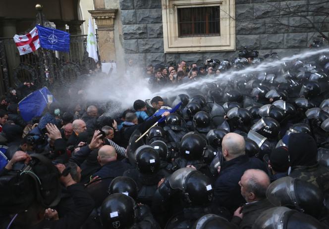 Les policiers ont dispersé, lundi 18 novembre, plusieurs centaines de protestataires qui bloquaient notamment la principale artère de la capitale géorgienne.