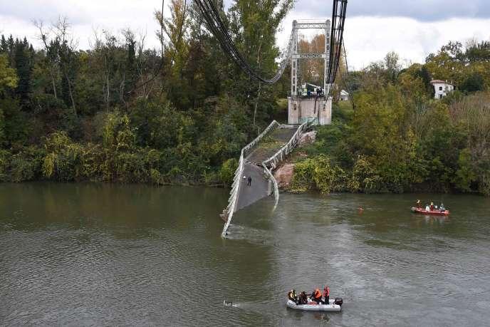 Le pont métallique reliant Mirepoix-sur-Tarn et Bessières est situé sur la route départementale71.