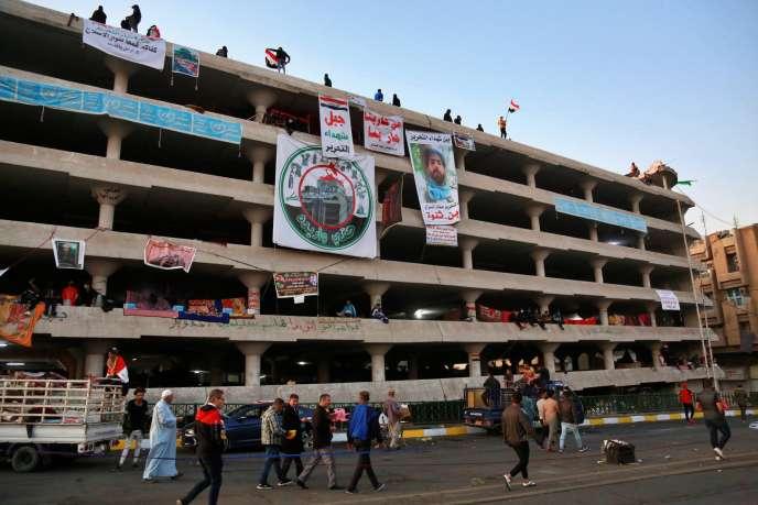 Des opposants au régime dans un bâtiment près du pont Sinak, lors d'une manifestation le 18 novembre 2019.