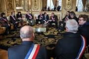 Le président Emmanuel Macron reçoit des maires de France, le 14 janvier à Paris.