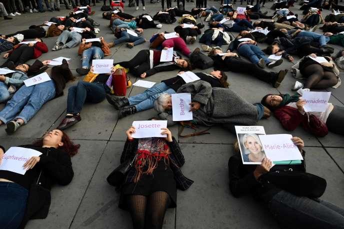 Des femmes brandissent les prénoms de victimes, lors d'une manifestation pour dénoncer les féminicides, le 19 octobre à Paris.