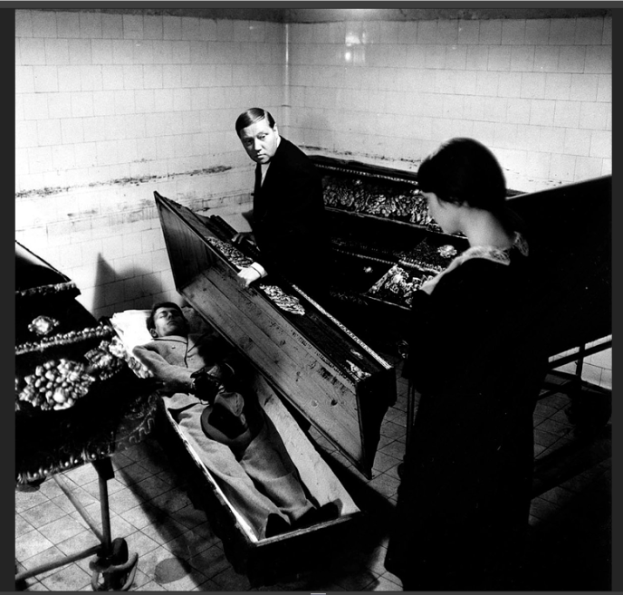 Rudolf Hrusinsky (au centre) et Jana Stehnova (la jeune femme de dos).