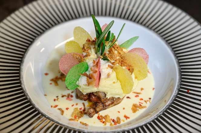 Au Médaillon, filet d'Aubrac, rehaussé de feuilles de thon, servi avec une farce de langoustines et de crevettes marinées dans du pesto rouge.