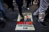 Des Ouïgours marchent sur un portrait du président chinoisXi Jinping, lors d'une manifestation, le 1er octobre à Istanbul.
