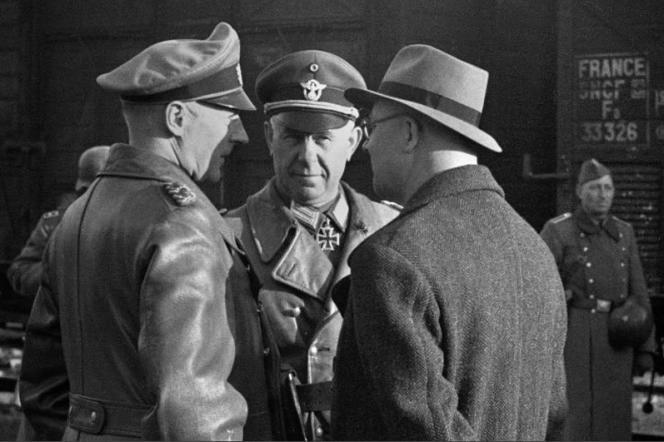 Officiers allemands sur un quai de la gare deMarseille au départ d'un convoi ferroviaire de déportation, en juillet 1943.
