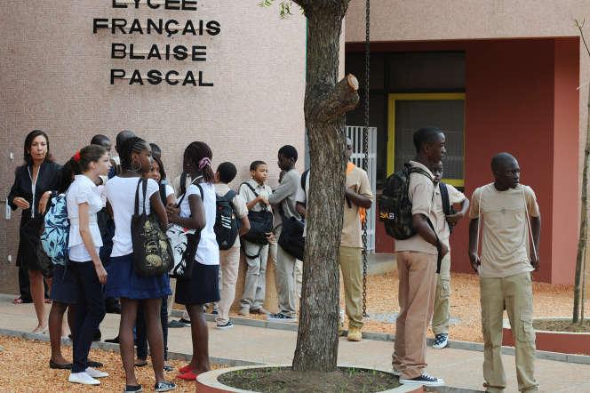 Devant le lycée françaisBlaise-Pascal d'Abidjan,en Côte d'Ivoire, en septembre 2008.