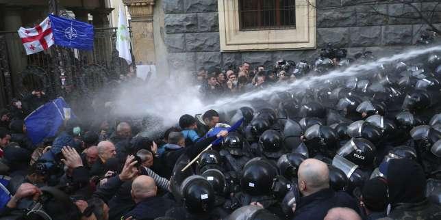 En Géorgie, la police disperse des manifestants bloquant l?accès au Parlement