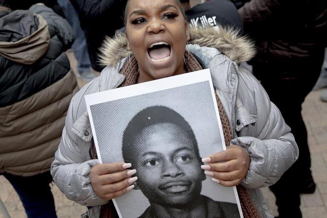 Une femme brandissant le portrait deRodney Reed proteste lors d'une manifestation de soutien, le 13 novembre à Bastrop (Texas).