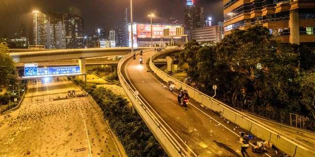 Quelques manifestants s?échappent en rappel de l?université assiégée par la police à Hongkong