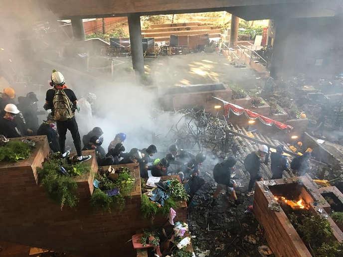 Des étudiants de l'Université polytechnique essaient de fuir, lundi18novembre, àHongkong.