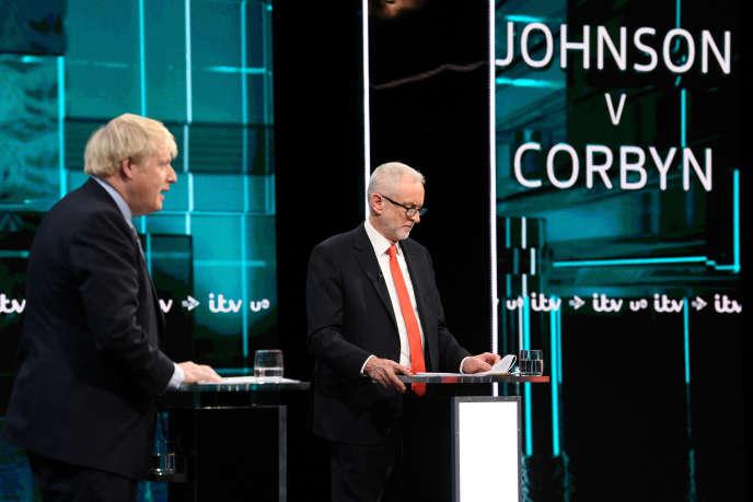 Le chef conservateur Boris Johnson et le chef du parti travailliste Jeremy Corbyn lors d'un débat télévisé en vue des élections générales à Londres, le 19 novembre 2019.