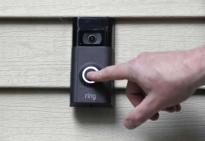 Une sonnette connectée équipée d'une caméra de la marque Ring, propriété d'Amazon.