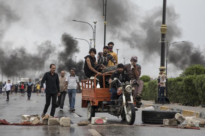 Des manifestants bloquent la sortie de Bassora vers le grand port pétrolier de Oum Qasr, dans le Sud irakien, le 17 novembre.