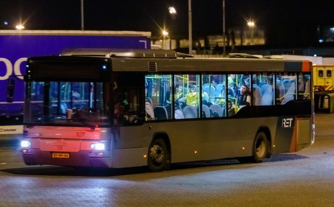 Un bus a conduit les passagers clandestins, principalement des hommes, vers les bâtiments de la police.
